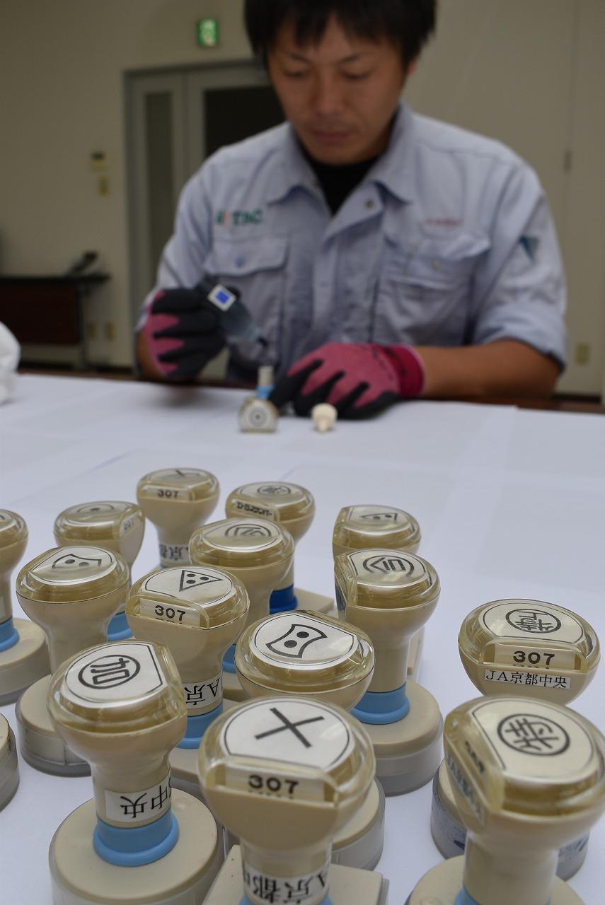 農産物検査器具の点検整備を行う1
