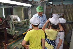 小学生が茶生産を学ぶ2