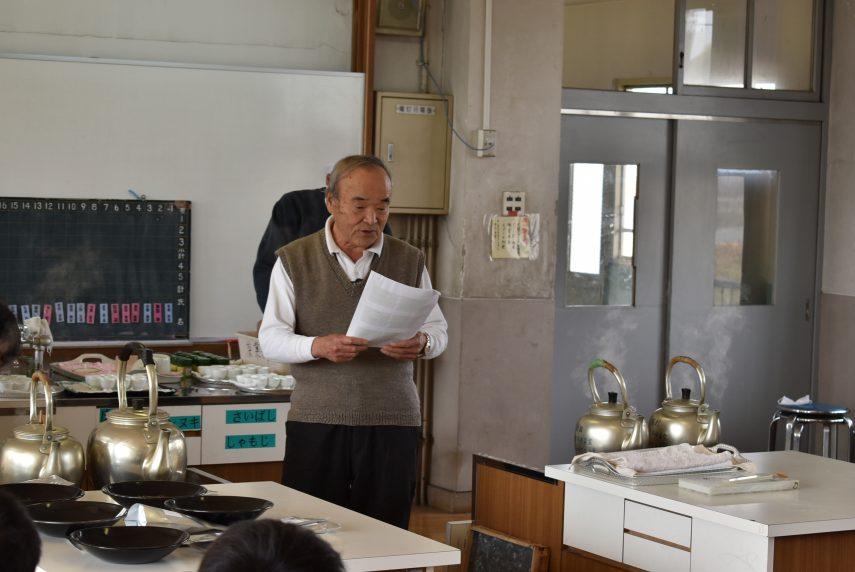 小学校で茶香服を開く1